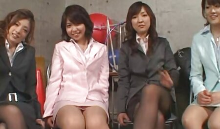 Plantureuse fille encrée pose porn amateur massage pendant la séance photo