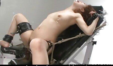 Sonya, modèle blonde de StasyQ, taquine amateur three porn avec ses seins naturels