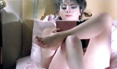 Une milf coquine le trouve allongé nu dans son lit video voyeur sex amateur
