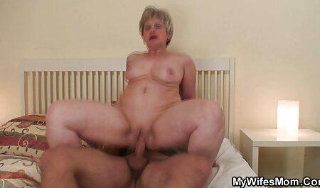 Une femme blonde se fait défoncer le trou du cul serré par une grosse bite à sex amateur fist tête